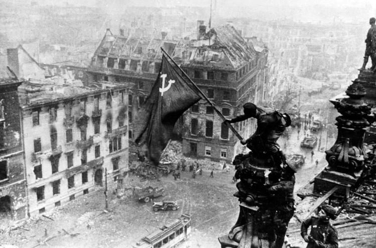 Знамя Победы над рейхстагом. Фото: Евгений Халдей