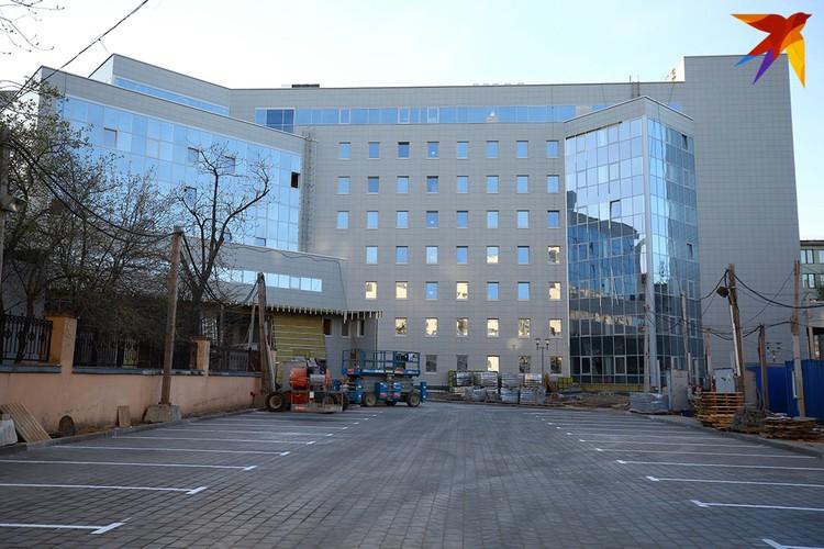 Выглядит здание инженерного корпуса так.