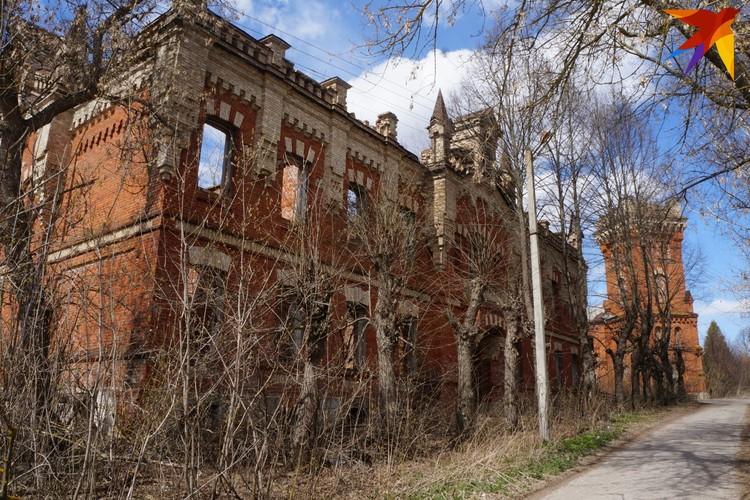Дом на переднем плане, по воспоминаниям местных, сгорел лет 40 назад. Дом с водонапорной башней поодаль, расселенный не так давно, включат в инвестиционный паспорт усадьбы.