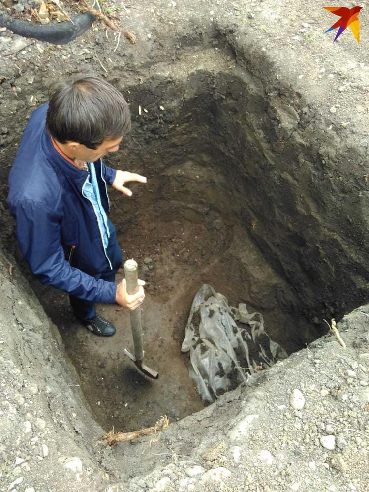 Хозяин дома хотел вырыть яму, чтобы провести канализацию.