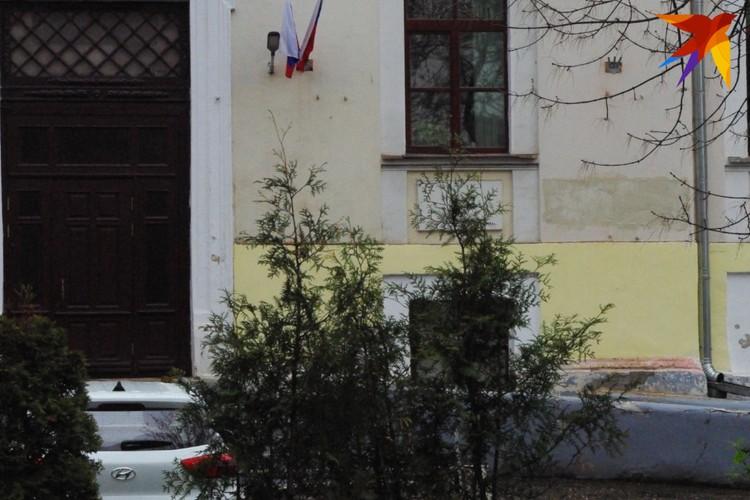 Место, где располагались памятные доски (справа от окна), закрасили свежей краской.
