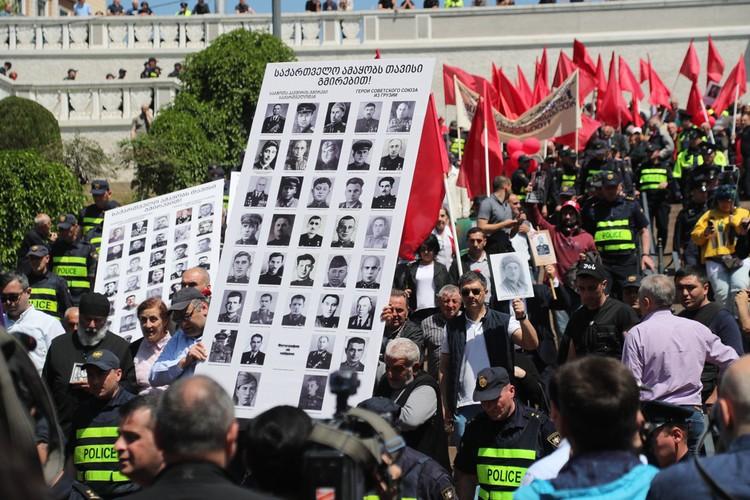Так выглядели шествия в Тбилиси по случаю 74-й годовщины победы во Второй мировой войне 9 мая 2019 года. Фото: EPA/ТАСС