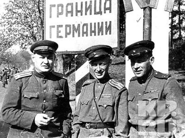 Военные корреспонденты «Комсомольской правды» на границе Германии, 1945 год.