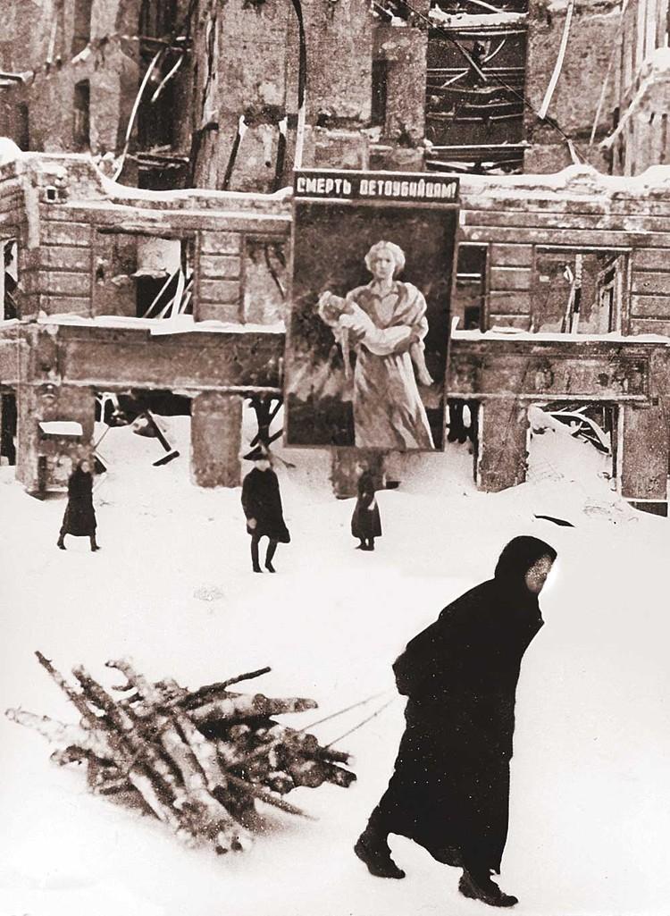 1943. Блокада Ленинграда во время Второй мировой войны. Плакат гласит: «Смерть детоубийцам!». Фото: Universal Images Group via Getty Images.