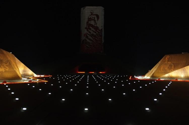 На кургане уже включили ночную иллюминацию Фото: vk.com/Андрей Коробцов