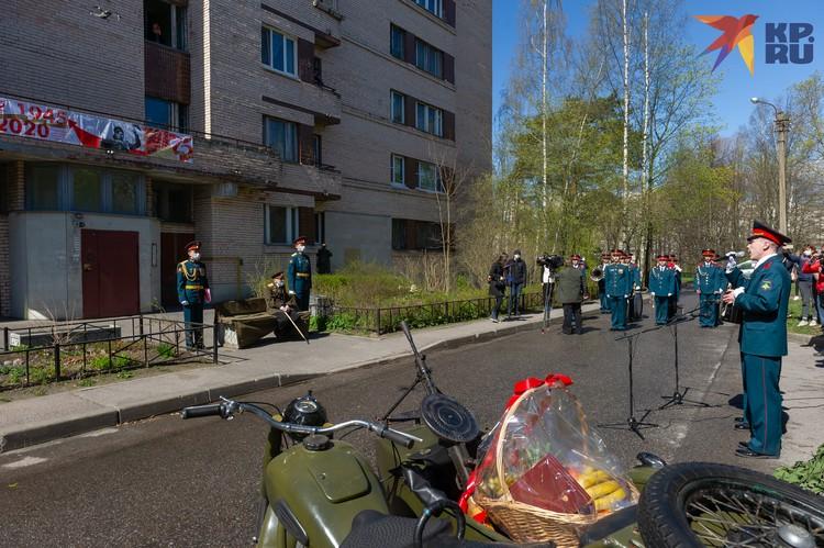 Военные ЗВО сыграли для Рослякова военные песни.