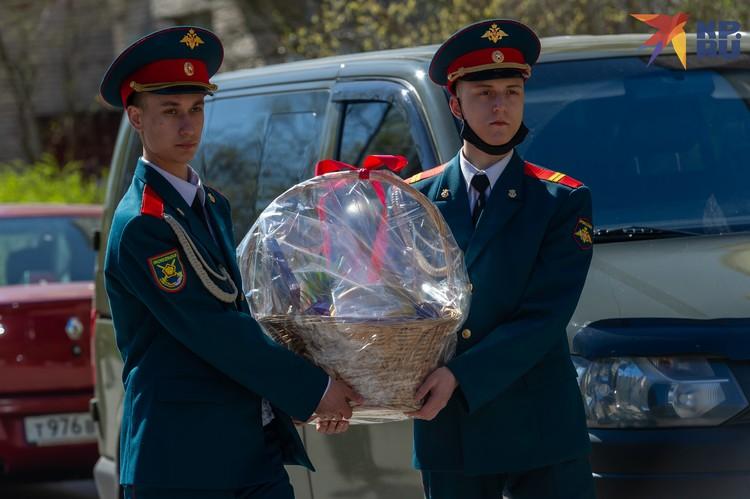 Не остался Валентин Прокофьевич и без подарка – военнослужащие вручили ему большую корзину фруктов.