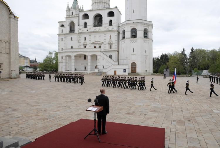Торжественным маршем прошли колонны пеших и конных караулов. Фото: Алексей Дружинин/ТАСС