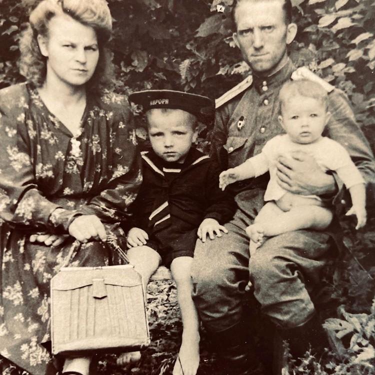 Бабушка и дедушка Милы.