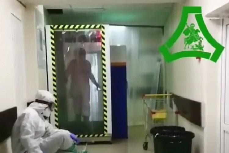 Дезинфекционный тоннель, через который проходят все врачи Фото: Больница Святого Георгия