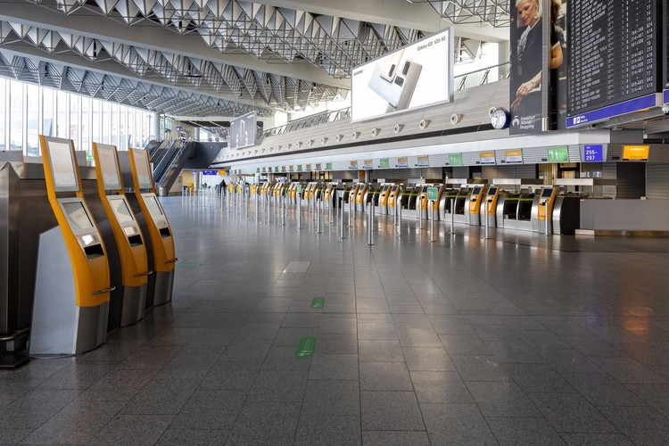 Пустые залы аэропорта Франкфурта в эпоху коронавируса.