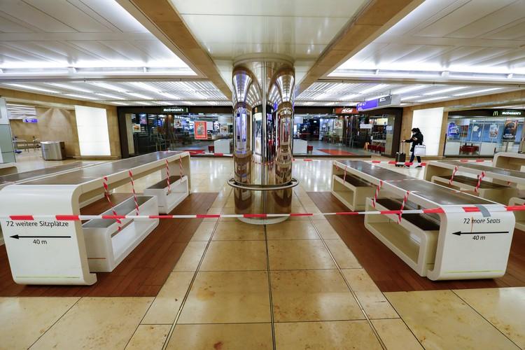 Закрытое кафе в аэропорту Франкфурта.