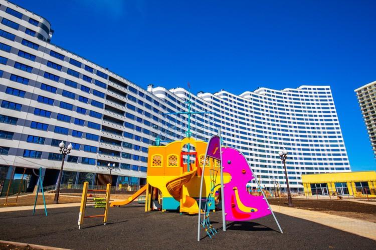 Во дворе детские и игровые площадки со специальным покрытием.