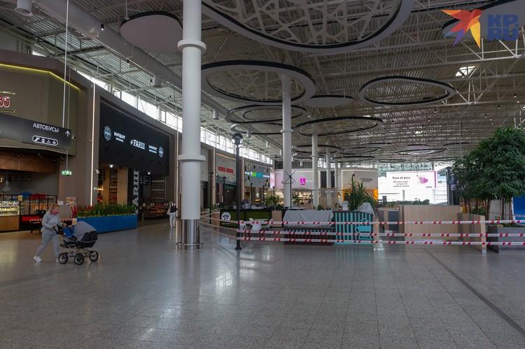 В торговых центрах остались работать продуктовые и детские магазины