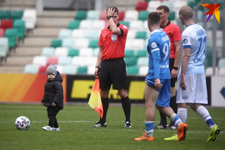 После матча Михаил Козлов вышел на поле вместе с сыном.