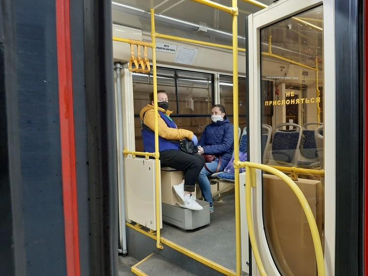 В скоростном трамвае пассажиры в масках, но довольных среди них мало.