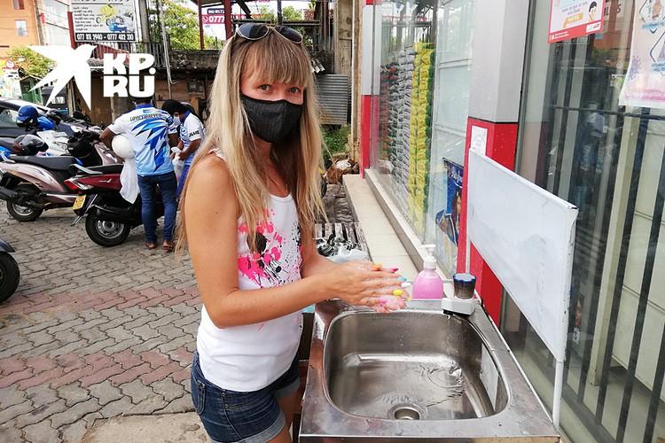 Возле магазинов стоят умывальники. Не помыв руки, вас не пустят внутрь