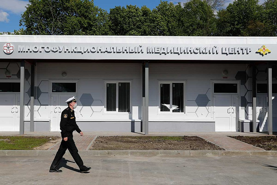 Калининград. Военнослужащий у многофункционального медицинского центра, построенного Министерством обороны РФ. Фото: Виталий Невар/ТАСС