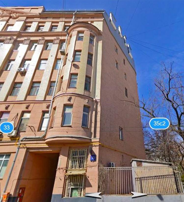 Дом на Старой Басманной с кривым углом несет на себе отпечаток любви Петра Первого к другой улице.