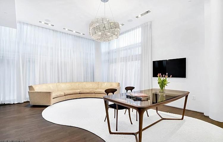 В двухуровневой квартире есть все необходимое для комфортной жизни.