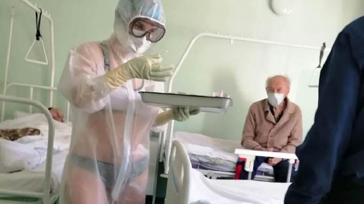Тот самый снимок медсестры в прозрачном халате.