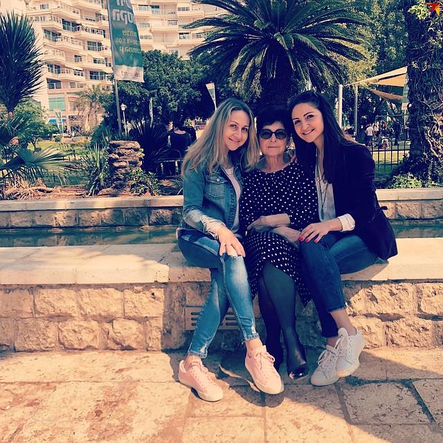 Галя с мамой Полиной Леонидовной и старшей сестрой Светланой. Вся семья сейчас работает в медицине. Фото: личный ахрив.