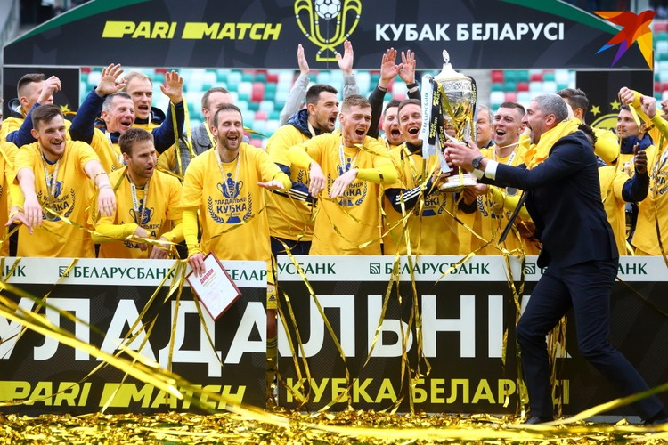 Кирилл Альшевский с командой в момент награждения.