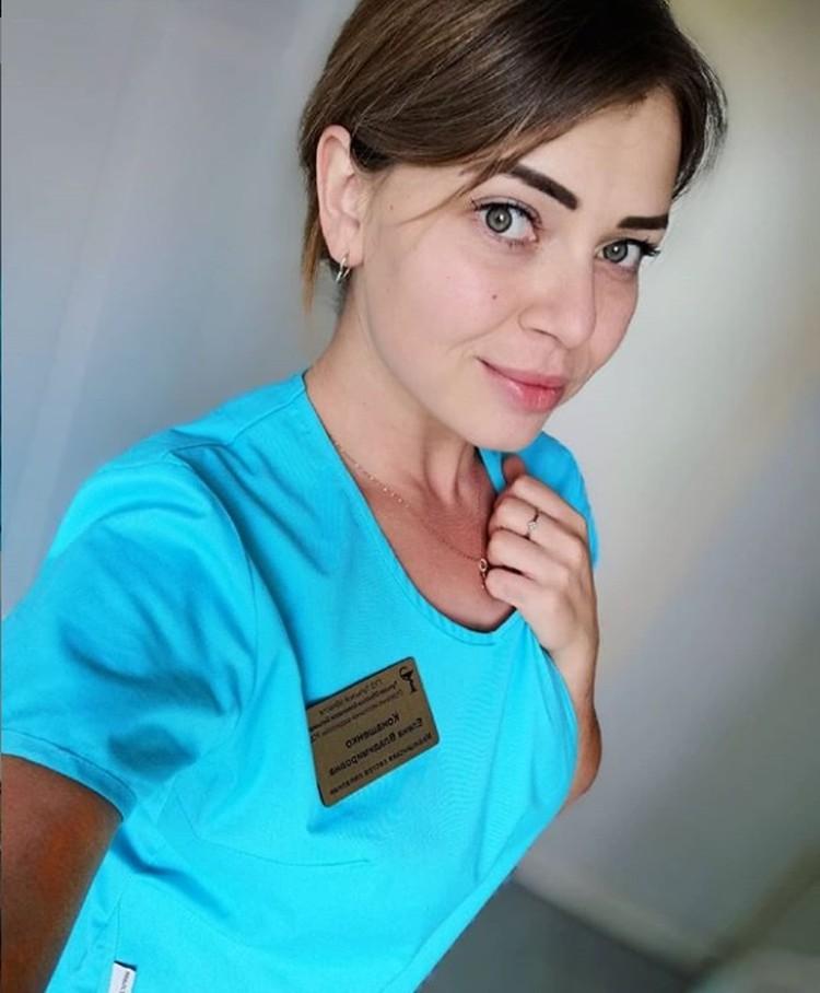 Елена работает медсестрой