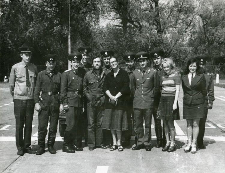 Высоцкий и Марина Влади (в центре) сфотографировались с пограничниками и таможенниками на Варшавском мосту. Фото: из архива Сергея Сухого