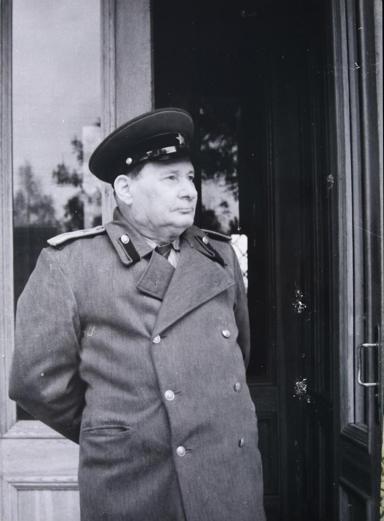 Ну и, конечно, кадр в шинели, который Михась Константинович представил на своей выставке в Купаловском музее.
