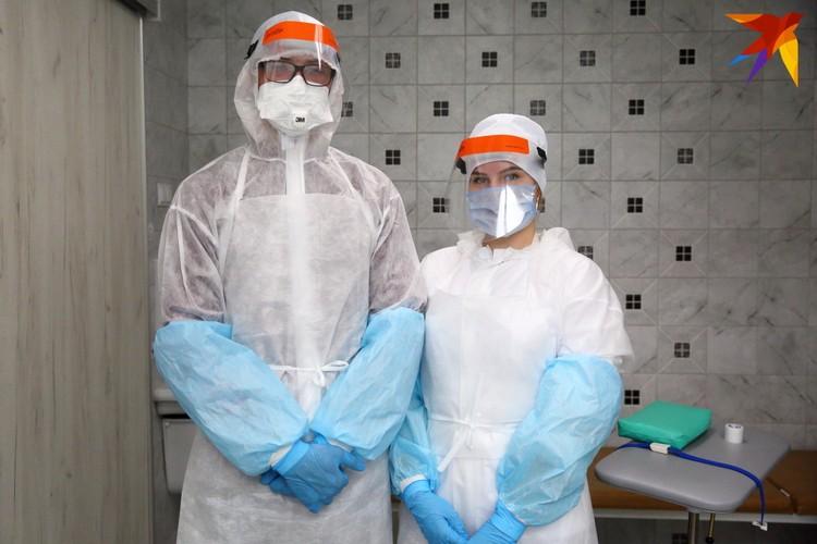 Медики-лаборанты говорят, что защитный костюм надевают уже как в армии - за 45 секунд.