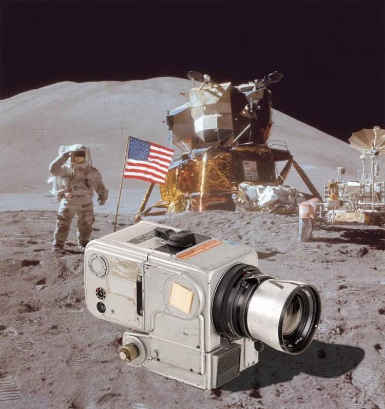 Фотокамера Hasselblad 500. На Землю вернулась лишь одна из тех, которые побывали на Луне. Продана на аукционе за 760 тысяч долларов.