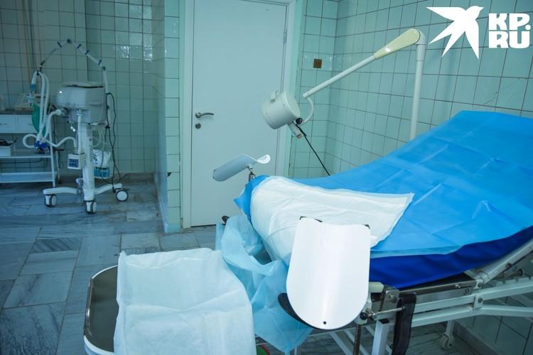 Рядом с креслом для родов дверь — сюда выносят младенца сразу после рождения, чтобы не успел заразиться.