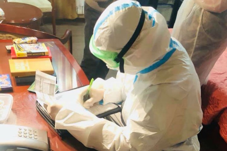 Вот в таком защитном костюме медик забрал заболевшего коронавирусом постояльца оберватора. Фото: личный архив Павла Циколина