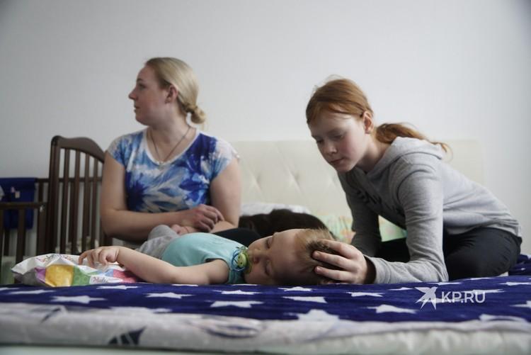 С младшим сыном помогают старшие дети.