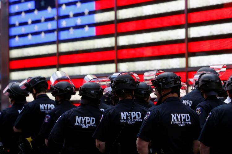 Полицейские никого не трогают и как бы вообще людей с ворованным не замечают