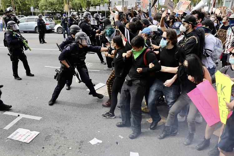 Уличное противостояние в Лос-Анджелесе.