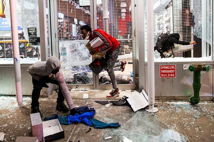 Свой протест манифестанты выражают не только в виде мирных маршей в память о погибшем афроамериканце Джордже Флойде, но и разграблении магазинов.