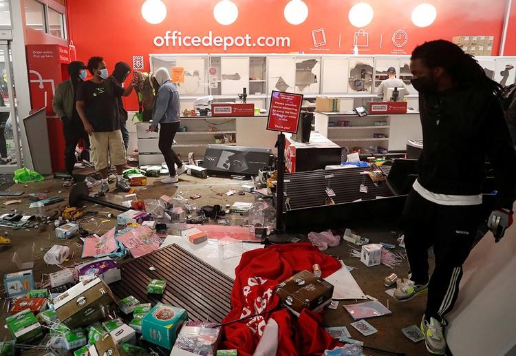 Не гнушаются темнокожие протестующие растаскивать товары из супермаркетов, оставляя на полу перевернутые полки.