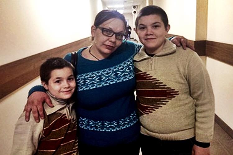 Мама с детьми. Фото: pryamoj-efir.ru