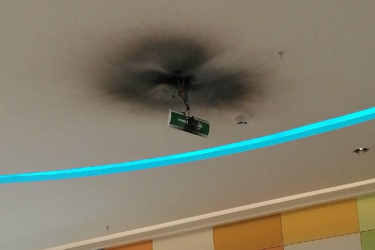 Короткое замыкание произошло в указателе, призванном помочь покупателям быстро найти выход и спастись от пожара