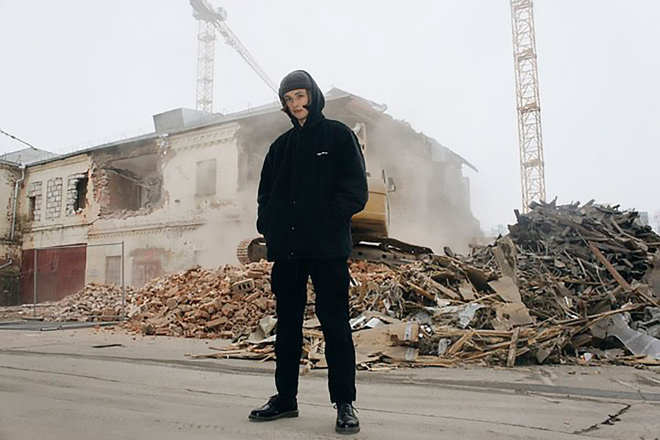 Александру Бодрову 18 лет.