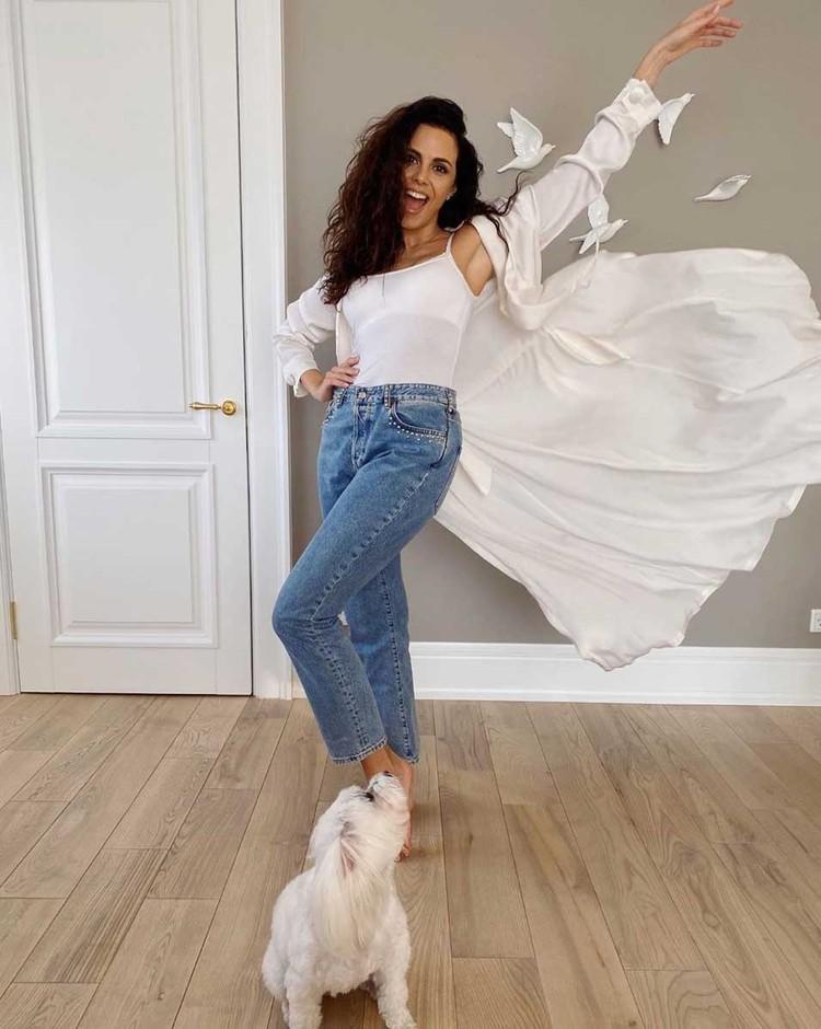 Этим летом свободные джинсы, как у певицы Насти Каменских, будут на пике моды.