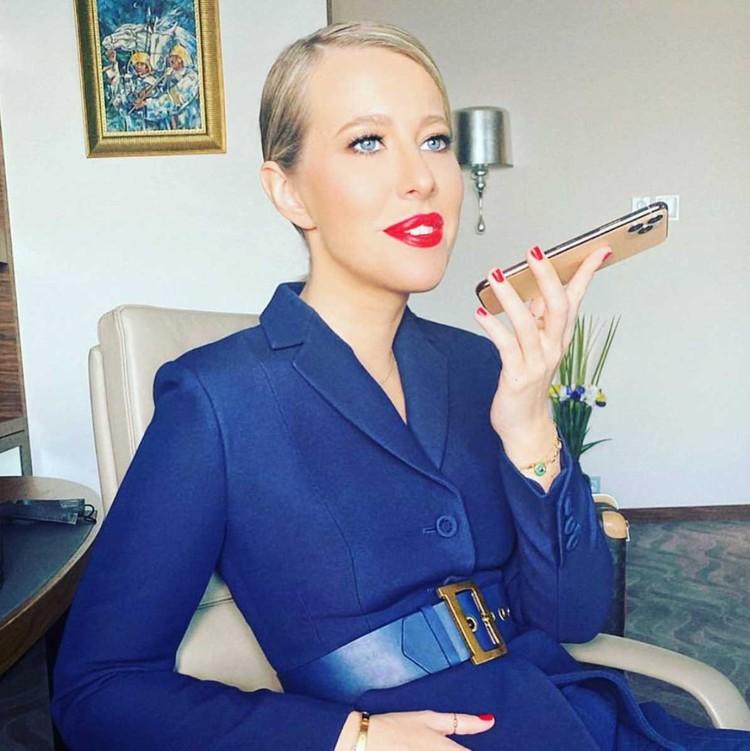 Ксения Собчак в особенно актуальном платье-пиджаке.