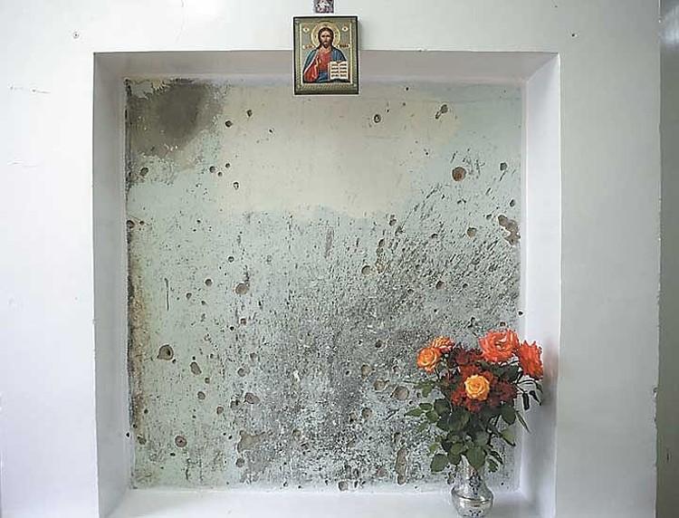 Фрагмент стены в районной больнице, где расстреливали заложников