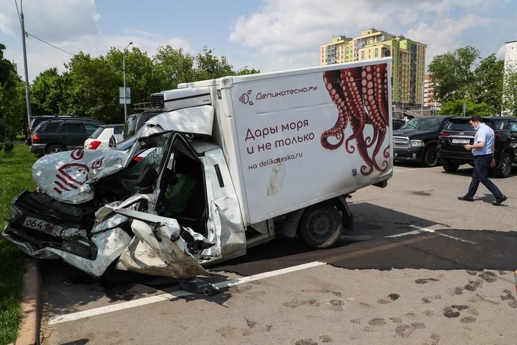 У фургона «Лада Гранта», в котором ехал Захаров, в гармошку смята вся передняя часть, включая водительскую кабину. Фото: Гавриил Григоров/ТАСС