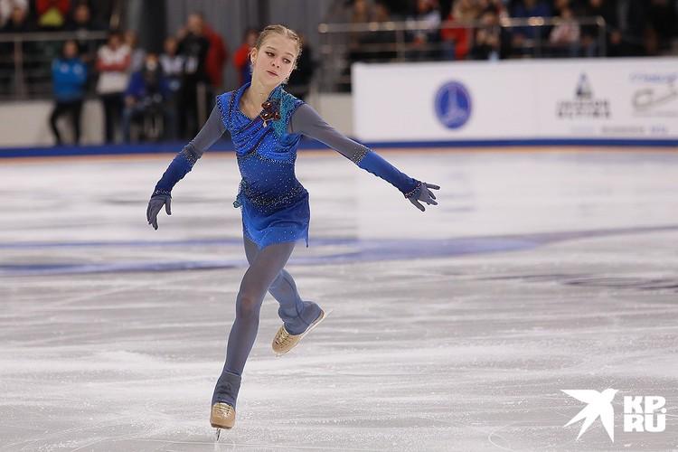 Александра Трусова во время выступления в произвольной программе женского одиночного катания на чемпионате России по фигурному катанию, декабрь 2019 г.
