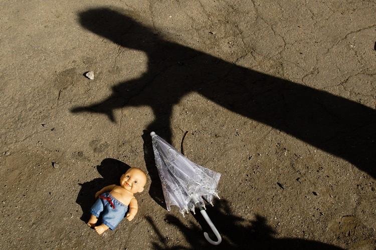 На улице Степана Разина юная хозяйка готовит свою куклу по имени Андрей к дождю