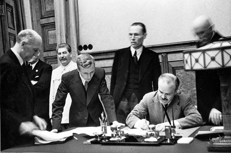Подписание Пакта о ненападении между СССР и Германией в Москве, август 1939 года.