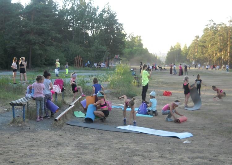 """Юные гимнастки-""""художницы"""" могут тренироваться, где угодно."""